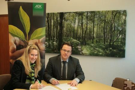 Isabelle Barkmann von der AOK Rheinland/Hamburg beschloss mit Schulleiter Micha Kreitz die Gesundheitspartnerschaft. Foto: Caroline Daamen/pp/Agentur ProfiPress