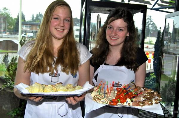 Malin Bank (l.) und Viktoria Odenthal leiten die Koch-AG am GAT. Für die Feierstunde zur Unterzeichnung der KURS-Partnerschaft hatten sie ein leckeres Büfett vorbereitet. Foto: Renate Hotse/pp/Agentur ProfiPress