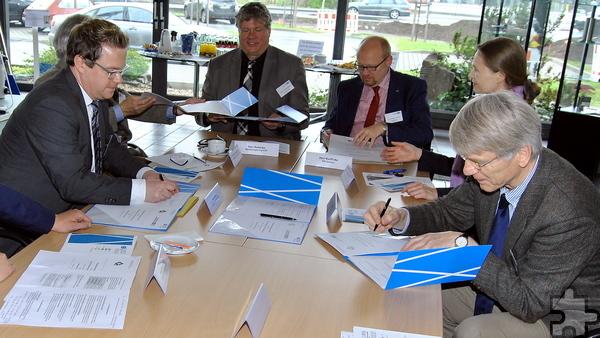 Die künftigen Partner von GAT und Mechatronics unterzeichnen die Vereinbarung ihrer KURS-Kooperation. Foto: Renate Hotse/pp/Agentur ProfiPress