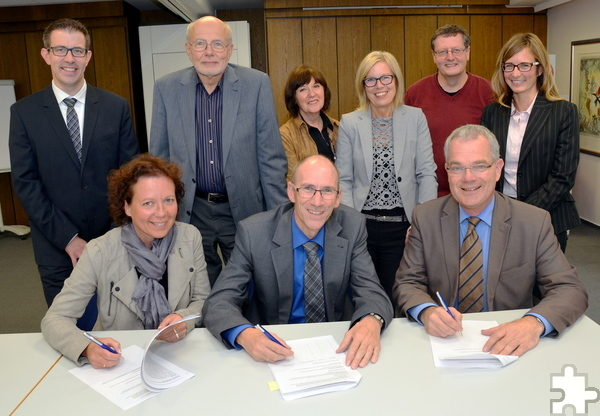 Ein historisches Bild, es entstand am 7. Oktober 2016 in den Räumen der VR-Bank Nordeifel: Die Versammlungsteilnehmer der Genossenschaftsgründung der GenoEifel eG haben die entsprechenden Protokolle unterzeichnet. Foto: Manfred Lang/pp/Agentur ProfiPress