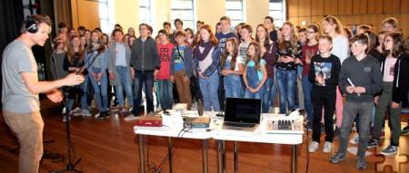 Rund 70 Schüler aus Deutschland und Frankreich haben in der letzten Aprilwoche den offiziellen Song zur 50-jährigen Städtepartnerschaft aufgenommen. Foto: Thomas Schmitz/pp/Agentur ProfiPress