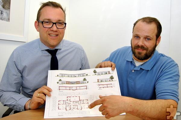 Erster Beigeordneter Thomas Hambach (l.) und David Esch vom städtischen Gebäudemanagement präsentieren die Pläne für den neuen Kindergarten im Schulzentrum. Foto: Renate Hotse/pp/Agentur ProfiPress