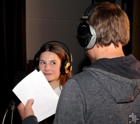Zwei Kommerner unter sich: Hannah Märzke aus der Jahrgangsstufe 9, die den ersten Solopart einsang, lauschte den Tipps von Uwe Reetz. Foto: Thomas Schmitz/pp/Agentur ProfiPress