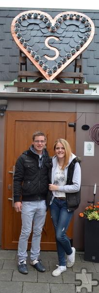 Happy End unterm Herz: Samira Geller (21) bekam von ihrem Schatz Yannick Greuel (19) zum 1. Mai ein echtes Handwerkerherz aus Schiefer, Zink und Kupfer verehrt. Foto: Privat/pp/Agentur ProfiPress