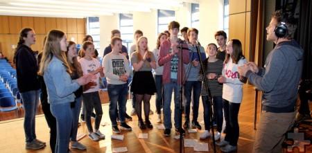 Bestimmte Passagen und Songtexte wurden mit einem kleinen Chor, bestehend aus etwa 20 deutschen und französischen Schüler, eingesungen. Foto: Thomas Schmitz/pp/Agentur ProfiPress