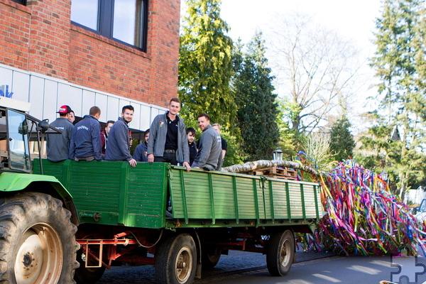 Auf dem Traktoranhänger transportierten die Jugendlichen den Maibaum, um ihn auf dem Arenbergplatz aufzustellen. Foto: Paul Düster/pp/Agentur ProfiPress
