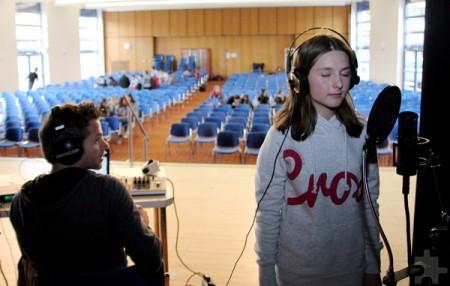 Hannah Märzke aus Kommern ist bei den Aufnahmen ihres Soloparts voll in ihrem Element, Uwe Reetz hört aufmerksam zu. Foto: Thomas Schmitz/pp/Agentur ProfiPress