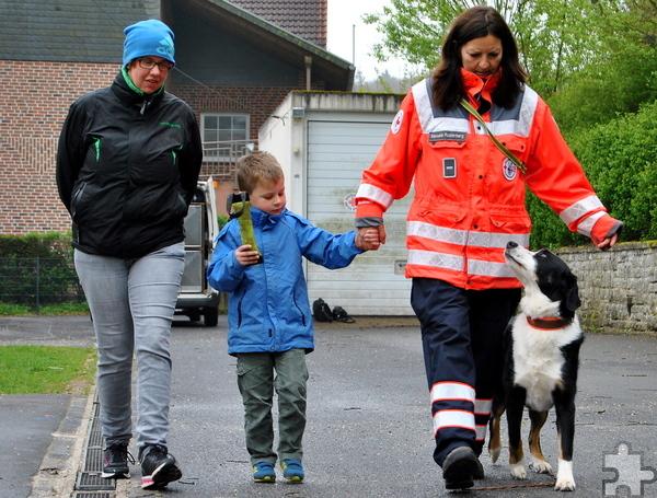 """An der Hand von Manuela Rusterberg und in Begleitung von Erzieherin Regine Bach wagten sich auch die etwas ängstlicheren Kinder in die Nähe von Rettungshund """"Cooper"""". Foto: Renate Hotse/pp/Agentur ProfiPress"""