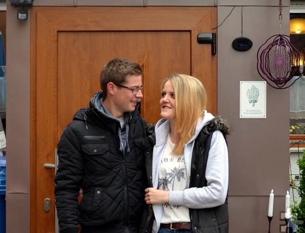 """Yannick und Samira sind seit 2016 ein Paar. Obwohl sie beide aus Bergbuir kommen, lernten sie sich erst im Pfarrjugendzeltlager """"Camp St. Agnes"""" 2014 in Dollendorf näher kennen. Foto: Privat/pp/Agentur ProfiPress"""