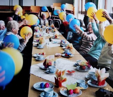 Und hoch die Luftballons! Die Karnevalsdeko in der ehemaligen Antweiler Schule wurde nicht sofort weggeworfen, sondern für die Sitzgymnastik am Senioren-Nachmittag verwendet. Foto: Privat/pp/Agentur ProfiPress