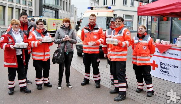 Gratis-Kaffee, ein nettes Lächeln und Informationen rund um das Rote Kreuz und seine Aufgaben gab es am Montagmorgen am Euskirchener Veybach-Center. Foto: Renate Hotse/pp/Agentur ProfiPress
