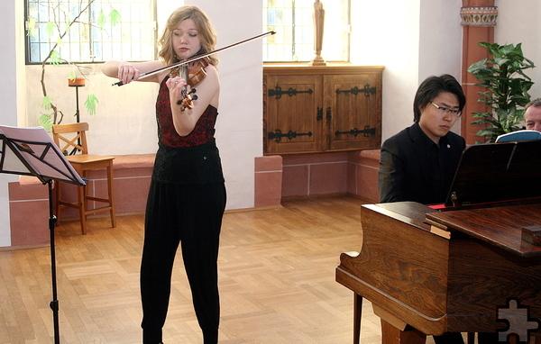 """Judith Zapf an der Violine und Yuhao Guo am Flügel eröffneten die neue Kammermusikreihe """"KlangRaum Steinfeld"""" mit einem Konzert zum Motto """"Frühlingserwachen"""". Foto: Stefan Lieser/pp/Agentur ProfiPress"""
