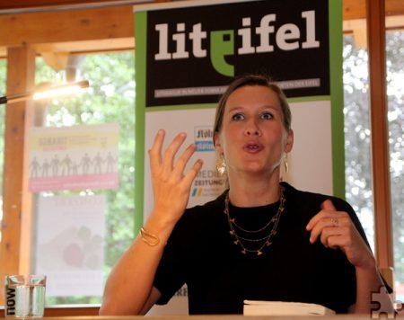 Journalistin Katharina Finke las in der Wanderstation Roetgen