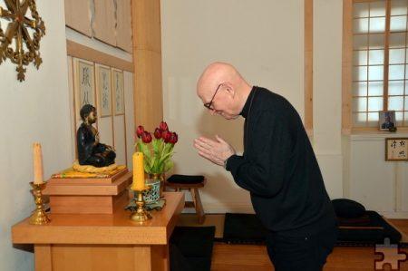 Taiku Güttler verneigt sich vor dem Altar