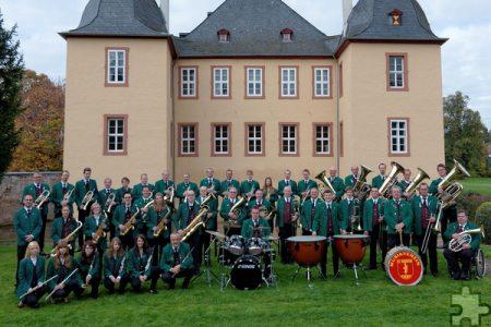 Gruppenbild Musikverein Eicks im Garten vor Schloss Eicks