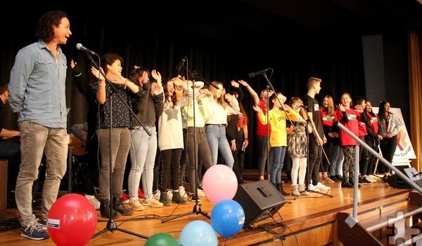 """Bevor Projektpate Stephan Brings solo musizierte, schloss er sich dem Schulchor und der Schulband an, die das Lied """"Die Liebe gewinnt"""" zum Besten gab. Foto: Thomas Schmitz/pp/Agentur ProfiPress"""