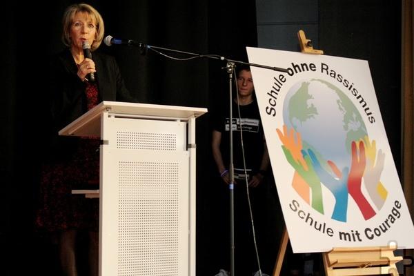 """Schulleiterin Dagmar Wertenbruch beschrieb, wie das Projekt """"Schule gegen Rassismus – Schule mit Courage"""" entstand und umgesetzt wurde. Foto: Thomas Schmitz/pp/Agentur ProfiPress"""